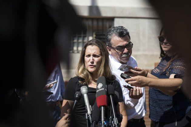 Chrystia Freeland s'est entretenu avec les médias avant de recommencer les négociations avec les