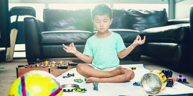 Cette approche encourage les enfants à se calmer seuls.