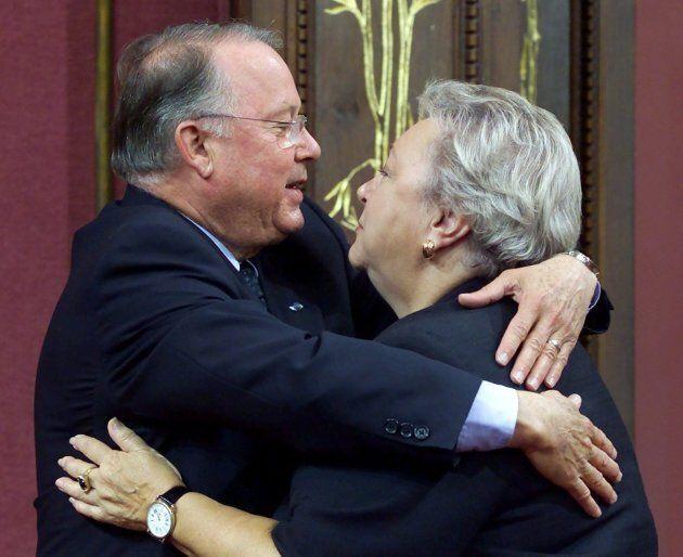 Bernard Landry, alors premier ministre du Québec, embrasse Lise Payette après l'avoir décorée de l'Ordre...