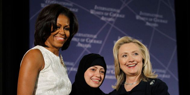 Michelle Obama et Hillary Clinton félicitent Samer Badawi, lauréate du Prix international de la femme...