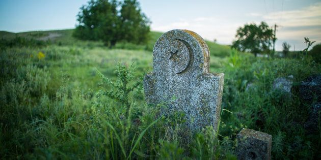 Une pierre tombale musulmane dans un cimetière