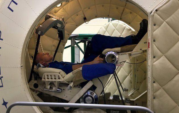 David Saint-Jacques assis dans la centrifugeuse du Centre d'entraînement pour cosmonautes