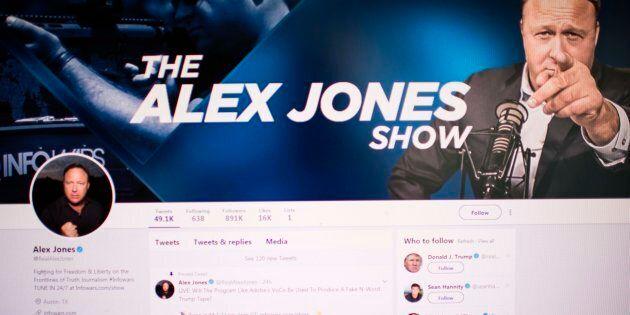 Le compte Twitter d'Alex Jones a été suspendu pour une semaine, mardi