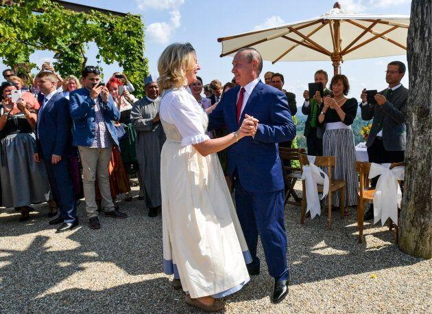 Vladimir Poutine a montré qu'il savait danser au mariage de Karin