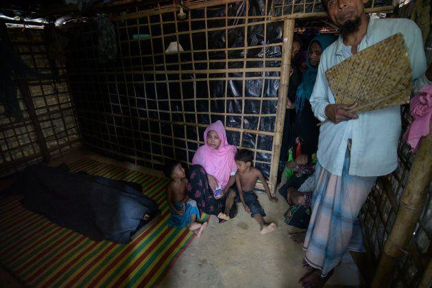 Mabiya Khatun (centre) est assise près de la dépouille de son mari avant les