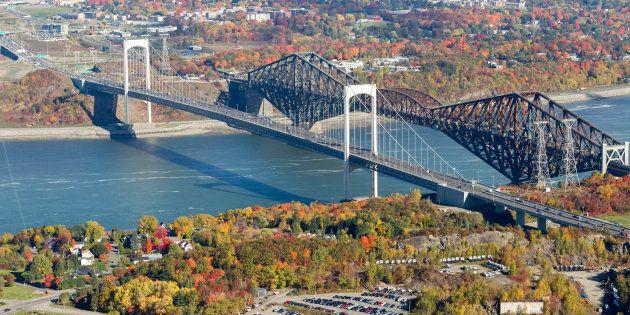Le chiffre de 400 millions a été avancé pour restaurer le pont de Québec. C'est seulement le dixième du budget du 3e lien. Et plus on attend, plus ce coût va augmenter.