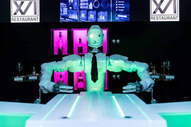 Le robot-barman du nouveau restaurant XVI XVI n'a pas la langue dans sa