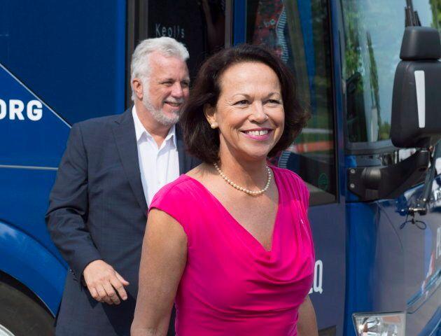 Le chef libéral Philippe Couillard en compagnie de sa candidate dans Jean-Lesage, Gertrude Bourdon. Deux autres candidates libérales disent que Mme Bourdon a été victime de sexisme de la part de la CAQ.