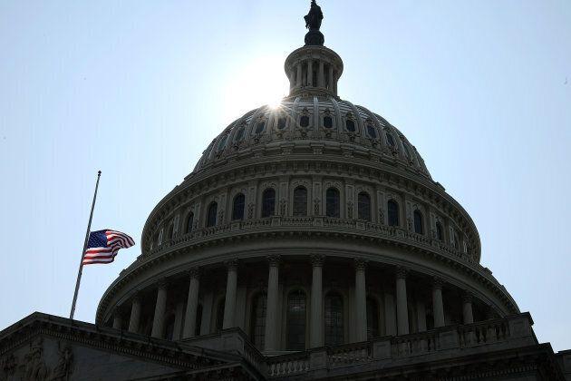 Le drapeau du Capitole en berne pour souligner le décès du sénateur John
