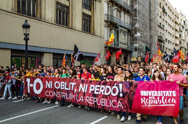 La Catalogne marque l'anniversaire du référendum sous de vives