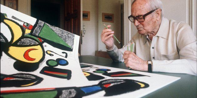 Photo prise le 11 juillet 1981 du peintre catalan Joan Miró, âgé alors de 88 ans, devant l'une de ses...
