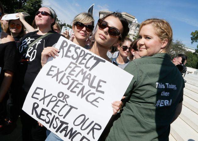 Le mannequin Emily Ratajkowski et l'humoriste Amy Schumer figuraient parmi les milliers de manifestants...