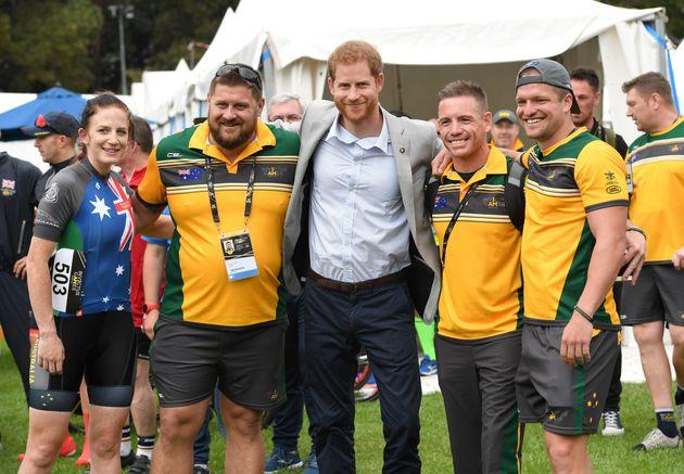 Le prince Harry embrasse les participants aux Jeux Invictus dimanche matin alors que son épouse Meghan...