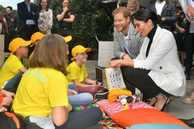 Le duc et la duchesse de Sussex discutant avec des enfants en Australie,