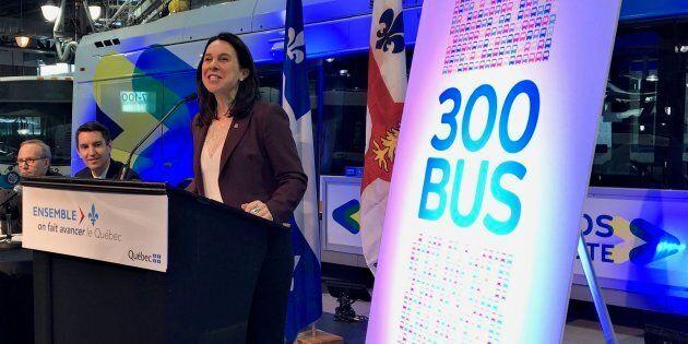 La mairesse de Montréal, Valérie Plante, lors de l'annonce de l'achat de 300 autobus supplémentaires...