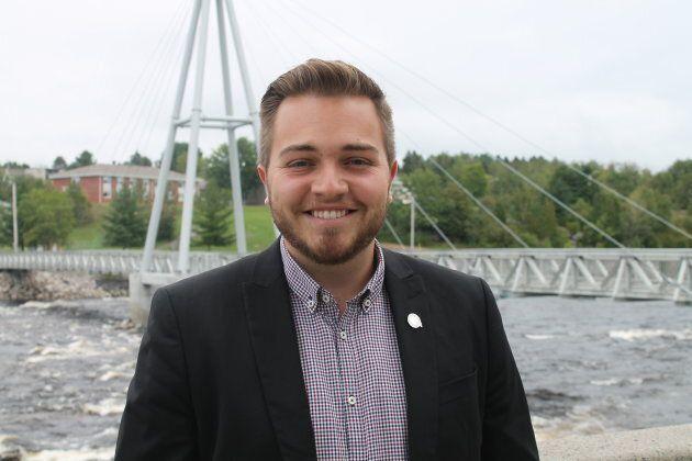 Le candidat du Parti québécois, William Fradette, a passé l'été à distribuer des Mister Freeze dans les campings, les plages et les festivals, au point où il y a eu une rupture de stock dans la région. Le voici devant la Passerelle du centainaire à Alma.