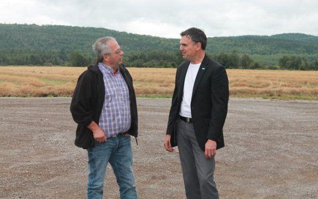 Éric Girard, candidat de la Coalition avenir Québec, s'entretient avec un éleveur de volaille dans la...