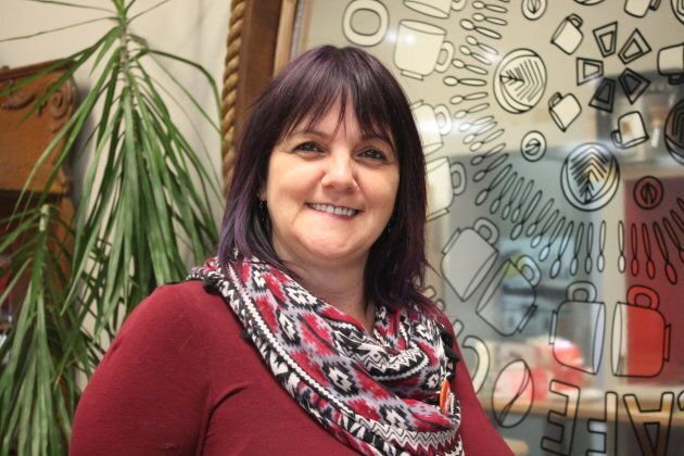 Manon Girard se présente pour Québec solidaire dans Lac-Saint-Jean. Puisqu'elle ne veut pas mêler affaires et politique, et qu'elle ne dispose pas d'un local, elle travaille souvent au Café Chaga à Alma.