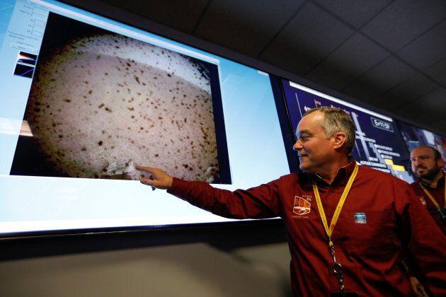 Le chef du projet InSight, Tom Hoffman, était tout sourire en regardant la première photo envoyée par...