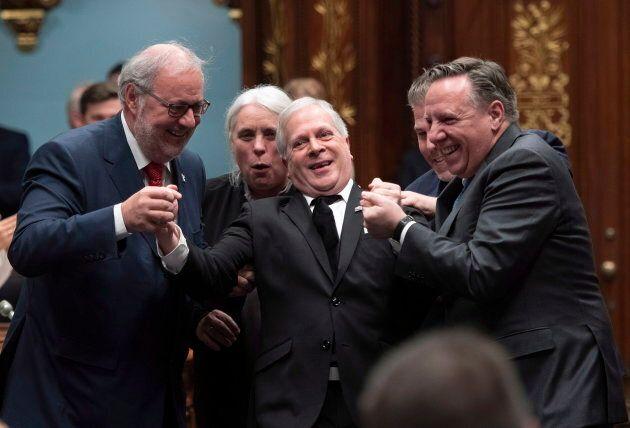 Comme le veut la tradition, François Paradis a été «amené de force» vers sa chaise de président de l'Assemblée