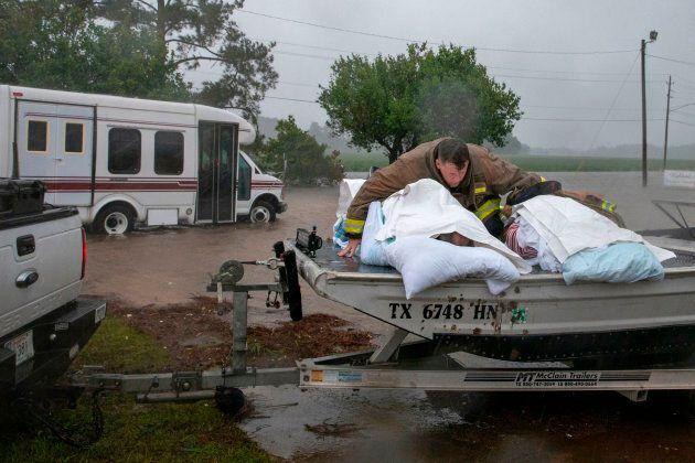 Un pompier évacue des aînés d'une maison de soins de longue durée à Lumberton, en Caroline du