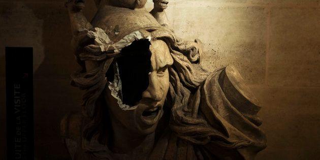 Une statue représentant Marianne, c'est-à-dire la République française, a notamment été ciblée par les manifestants et les casseurs qui ont pénétré dans le monument.