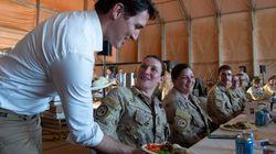 Justin Trudeau fait une visite aux soldats canadiens au