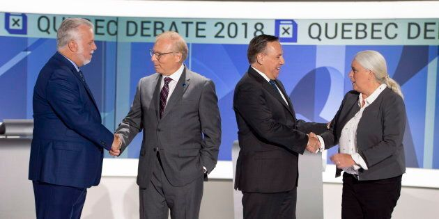 Les chefs se serrent la main avant d'entamer leur deuxième débat, complètement en anglais cette