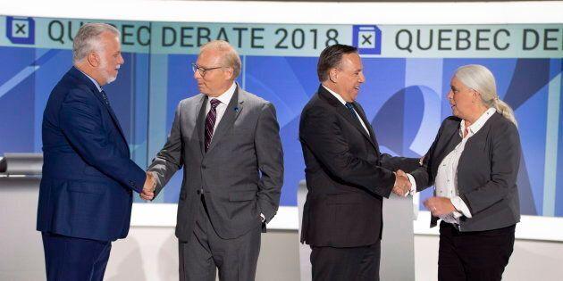 Les chefs se serrent la main avant d'entamer leur deuxième débat, complètement en anglais cette fois-ci.