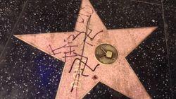 Un homme dessine une croix gammée sur l'étoile de Trump à