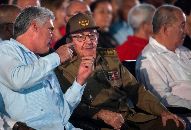 Le président cubain Miguel Diaz-Canel en discussion avec l'ex-président Raul Castro, lors de la commémoration...