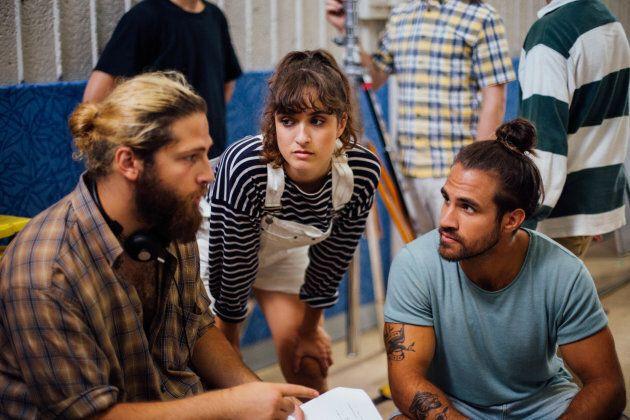 Alec Pronovost, en compagnie de Daphnée Côté-Hallé et Jay Du Temple sur le plateau de tournage du