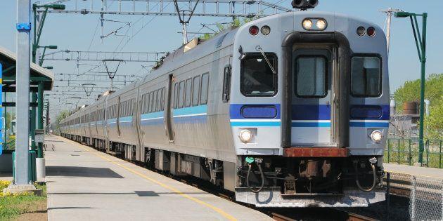 Trains de banlieue: des usagers mécontents manifestent à