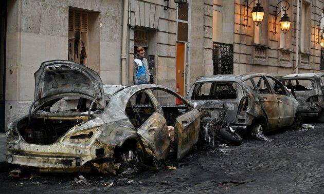 Des véhicules ont été brûlés samedi à Paris alors que les gilets jaunes défilaient dans les rues de la...