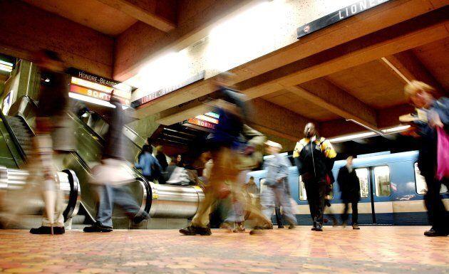 Des usagers du métro à la station Lionel-Groulx, à