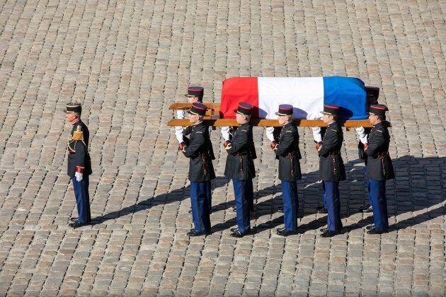 Porté par des gardes républicains, le cercueil a fait son entrée dans la cour au son d'une oeuvre musicale...