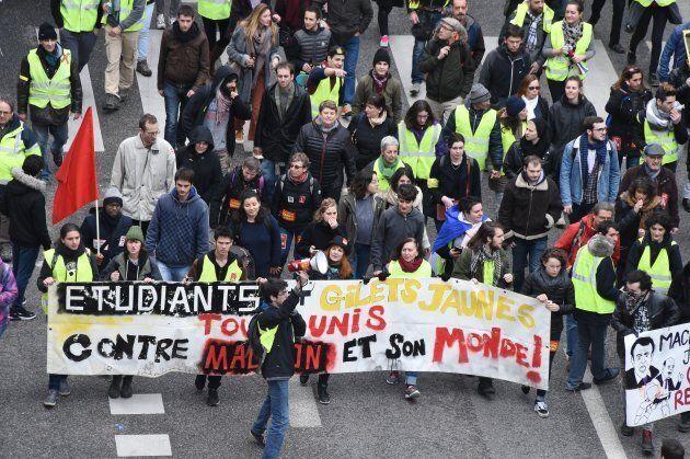 Des manifestants déambulant dans les rues de Bordeaux.