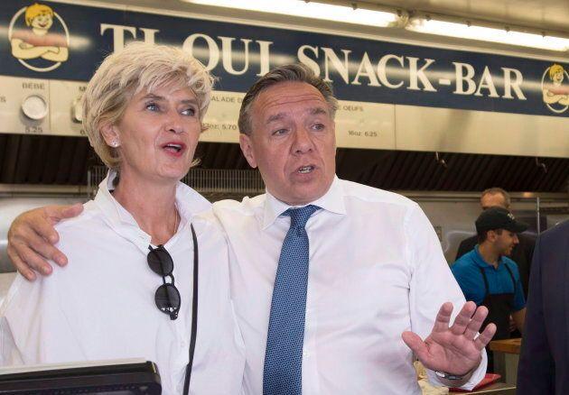 Le chef de la CAQ, François Legault, en compagnie de son épouse Isabelle Brais chez «Ti-Oui Snack Bar».