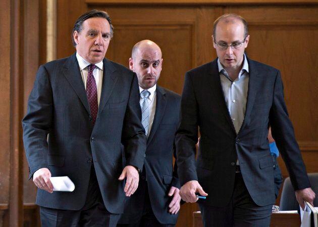 Francois Legault revient d'une rencontre avec la première ministre Pauline Marois dans cette photo d'archives de 2013. Il est aux côtés de son conseiller Martin Koskinen (à droite) et de son attaché de presse Jean-Francois Del Torchio (au centre).