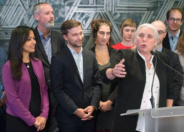 Manon Massé en compagnie de l'ensemble des députés de Québec solidaire élus le 1er