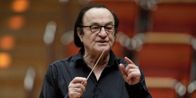 Malgré les allégations d'inconduites sexuelles, le chef d'orchestre Charles Dutoit dirigera un concert...
