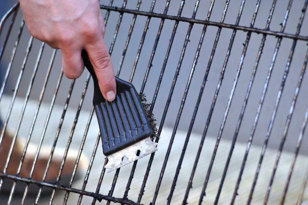 Si votre brosse ressemble à cela et que c'est une brosse métallique, c'est le temps de la changer. Les poils des brosses métalliques peuvent être dangereux s'ils se détachent de la brosse.