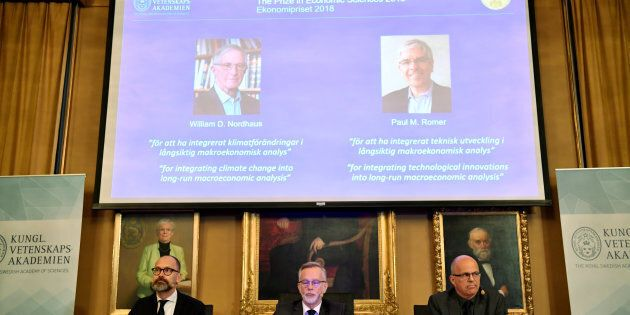 Per Stromberg, Goran K. Hansson et Per Krusell ont annoncé que le prix Nobel d'économie allait à William...