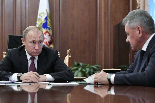 Vladimir Poutine en réunion avec son ministre de la Défense, Sergei