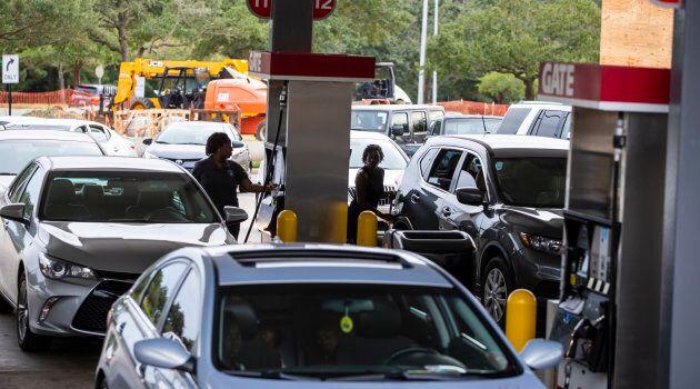 À Tallahassee, en Floride, des automobilistes font le plein d'essence en prévision de l'arrivée de l'ouragan
