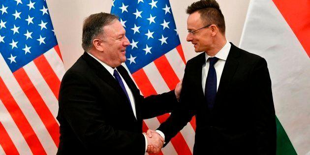 Le ministre hongrois des Affaires étrangères Peter Szijjarto, à droite, serre la main du secrétaire d'État...