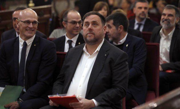 Oriol Junqueras (centre) fait partie du groupe qui est accusé dans ce