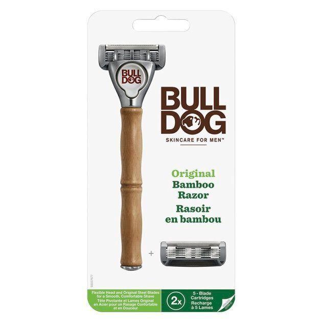 Le rasoir de Bulldog Skincare for Men est muni de cinq lames en acier trempé, une lame de précision, une tête pivotante et d'une bande lubrifiante. Il s'avère un bon choix pour un rasage bien défini de toutes les parties du visage.  Le manche en bambou naturel est aussi plus écolo que ceux en plastique sur le marché.  Prix : 12,99$