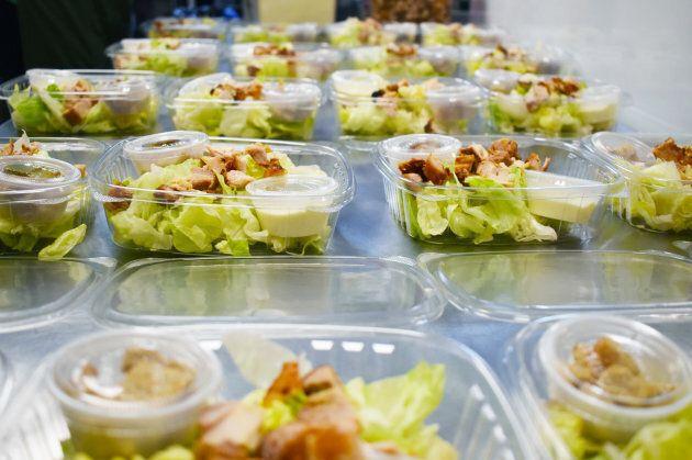 Préparation de salades César dédié aux jeunes d'une école secondaire à New London, CT.