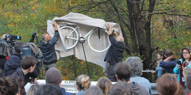 Un vélo blanc a été installé en bordure de la voie Camillien-Houde à la mémoire du cycliste Clément Ouimet.